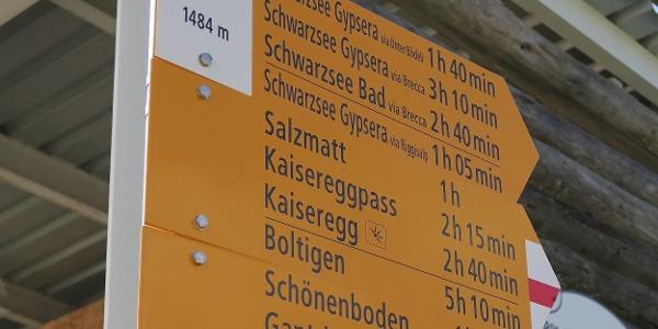 Wegweiser bei der Bergstation Riggisalp.