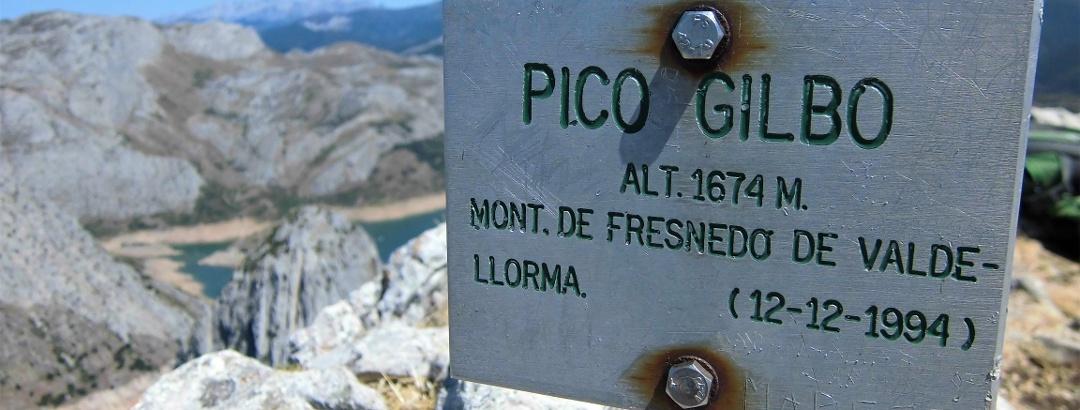 Kein Gipfelkreuz, sondern diese Tafel erwartet uns am Gipfel.