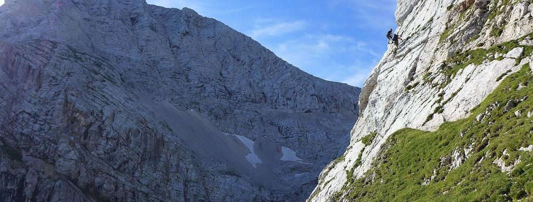 Luftige Traverse am Tassilo-Klettersteig C