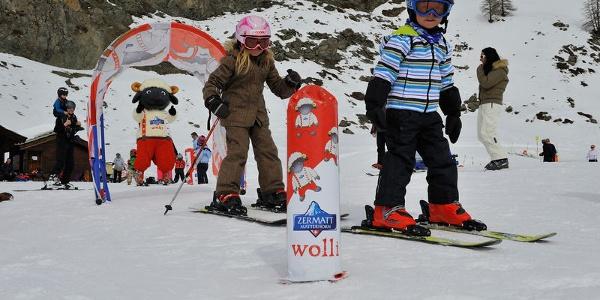 Les petits apprennent à skier de manière ludique.