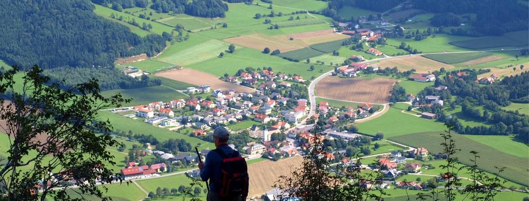 Tiefblick auf Laimbach vom Plateau des Kleinen Peilstein
