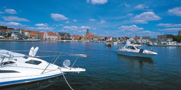 Sportboote im Hafen von Waren (Müritz) in mitten der Mecklenburger Seenplatte