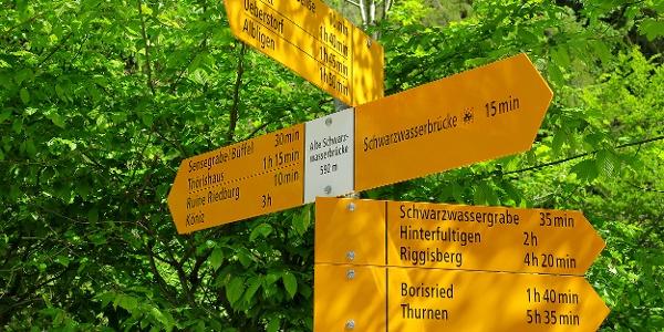 Wegweiser bei der Alten Schwarzwasserbrücke.