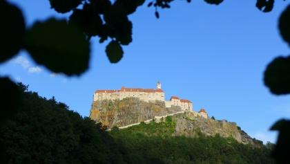 Durch den rechten Wandteil verläuft der Klettersteig