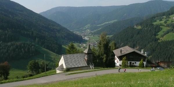 Ausgangspunkt unserer Wanderung ist der Gasthof Messnerhof (1.250 m) mit seiner Kapelle am Sarner Gentersberg - unten die Talortschaft Astfeld und weiter draußen im Tal der Sarner Hauptort Sarnthein