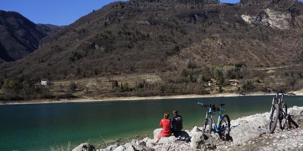 Il lago di Tenno in una giornata soleggiata di marzo