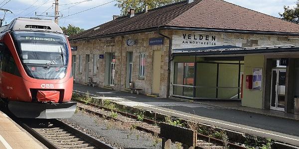 """""""grüne"""" Wanderung: Ausgangspunkt am Bahnhofvorplatz in Velden - Nordwestansicht"""