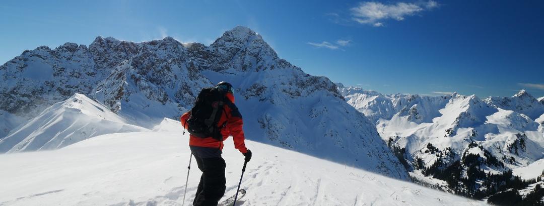 Am Gipfel des Bärenkopfs, im Hintergrund Kleiner und Großer Widderstein