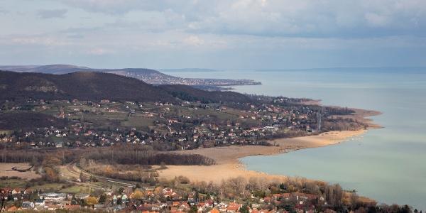 Pohľas spod pamätného miesta Ferenca Hertelendyho