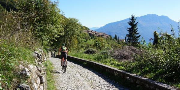 Das Pflaster der alten Straße in Richtung Canale di Tenno