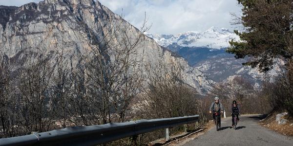 Der Aufstieg im Januar mit den schneebedeckten Gipfeln der Brenta im Hintergrund