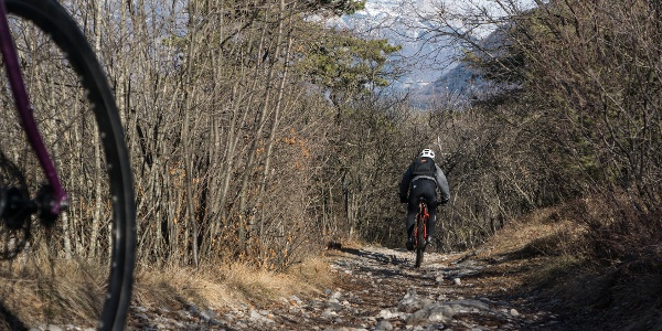 Der Feldweg in der Nähe des archäologischen Gebiets von Cavedine