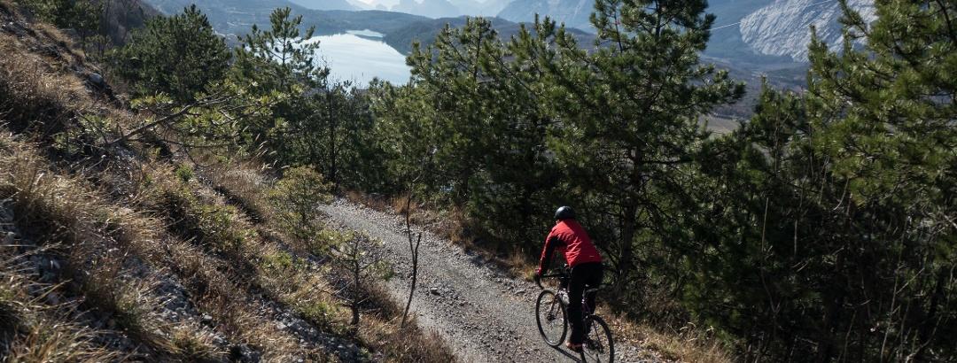 Il rientro al Lago di Cavedine con la Bassa Valle del Sarca sullo sfondo