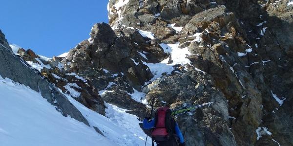 Man steigt soweit als möglich mit angeschnallten Skiern auf
