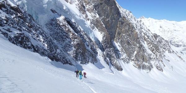 Wir haben nun auf dem Gaisbergferner genügend Abstand von den Sturzbahnen der Eislawinen.
