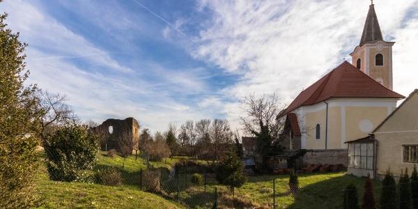 A bozsoki kolostorromot és a Szent Anna templomot patak választja el egymástól