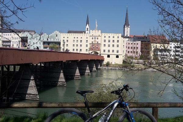 Blick auf Wasserburg mit roter Brücke