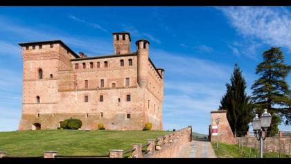 Pedalando nelle Langhe tra un Castello e una vigna