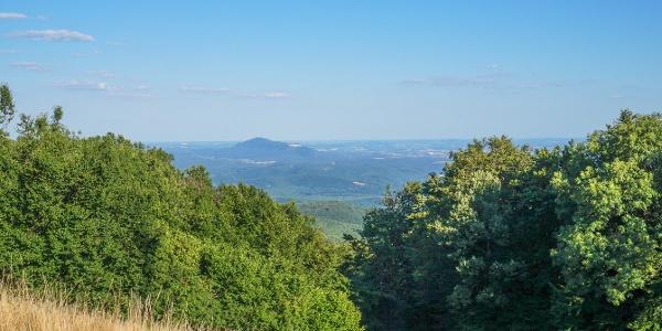 Kilátás az egyik sípályáról a Naszályra (A Nagy-Hideg-hegyi Sí- és Túraközpont)