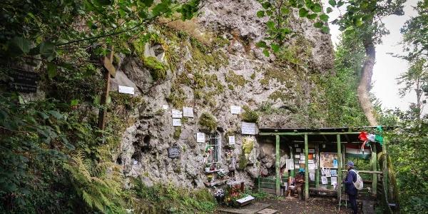 A Mária-kegyhely a Nagykilátó sziklájának lábánál