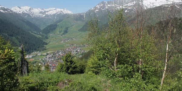 Blick nach Sedrun oberhalb Bugnei