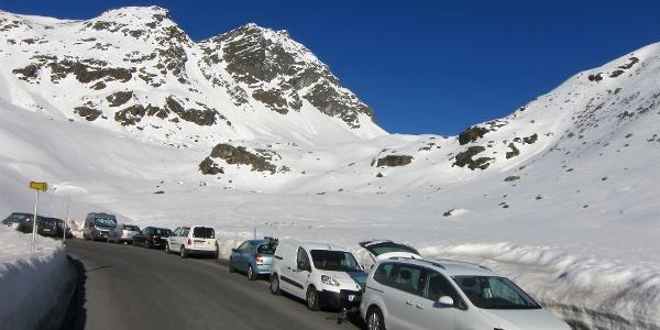Parken an der Kaunertaler Gletscherstraße am Eingang des Riffeltals. Hinten die Krummgampenspitzen (3090 m).
