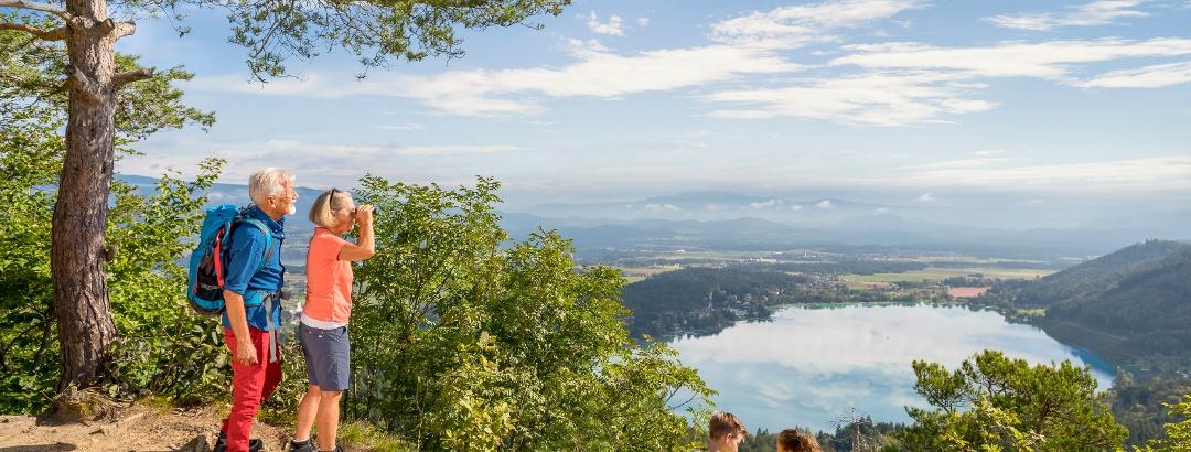 Großeltern mit Enkelkinder genießen den Ausblick am Kitzelberg