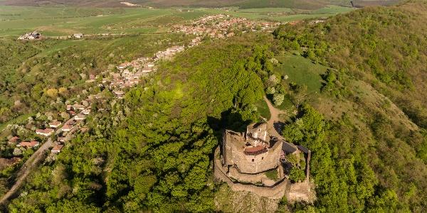 Die Burg von Hollókő mit dem Dorf im Hintergrund
