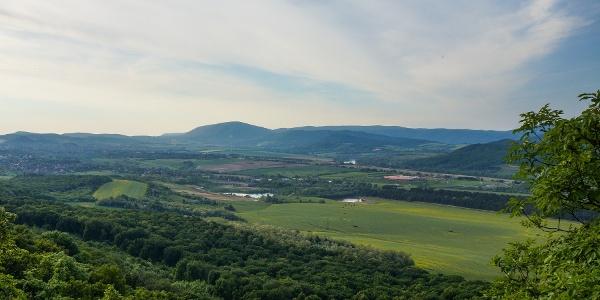 A Pilis-tető mögött feltűnik a Visegrádi-hegység
