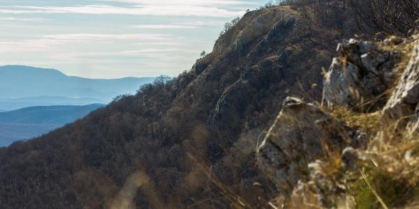 A Tar-kő a Három-kőről nézve, a háttérben a Kékessel