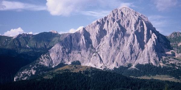 Il Peralba con la lunga cresta ovest in bella evidenza