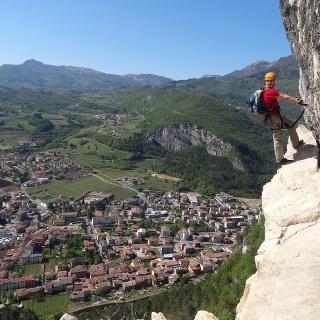 Passaggio della Ferrata di Monte Albano, con panorama su Mori