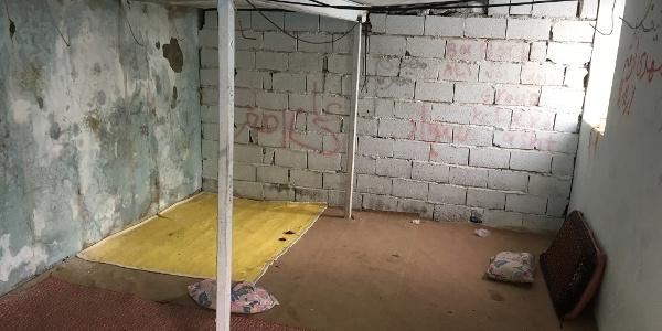 Der kleine Raum im weisen Gebäude.