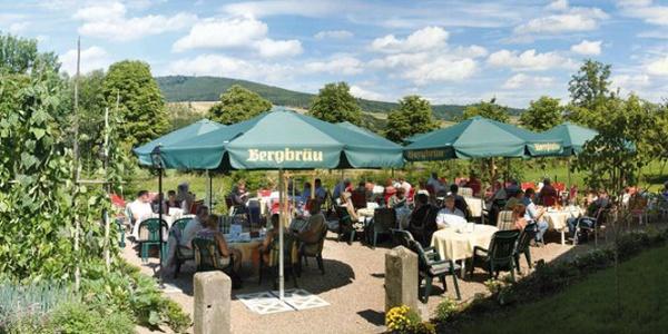 Terrasse vorm Landcafé im Gasthaus Gollart