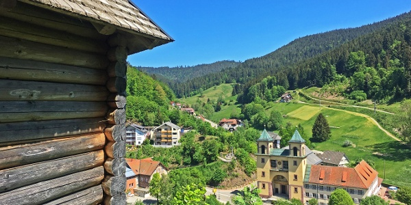 Aussichtspavillion mit Blick auf das Klösterle Bad Rippoldsau