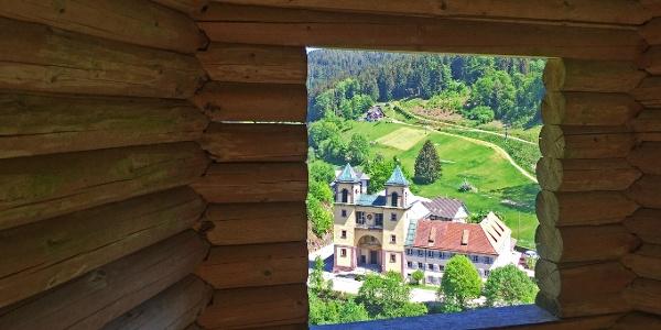 Aussichtspavillion mit Fensterblick auf das Klösterle Bad Rippoldsau