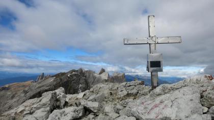 Das kleine Kreuz am Gipfel der östlichen Puezspitze
