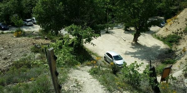 Parkplatz mit Gebietstafel