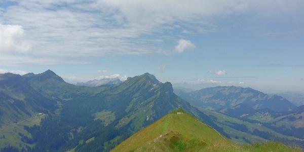 Ausblick auf dem Schimbrig nach Westen, mit der Schafmatt als Verlängerung der Flue, link den Fürstein und in der mitte die Schrattenfluh