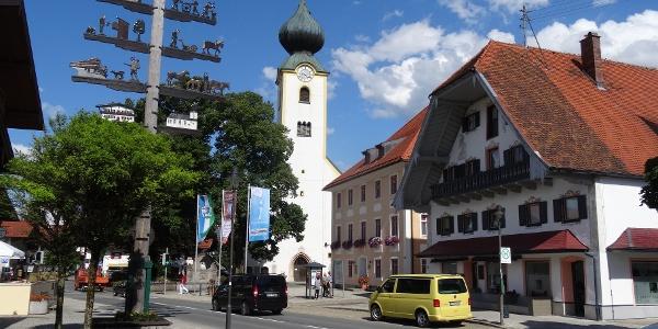 Kirchplatz Grassau mit Touristinfo
