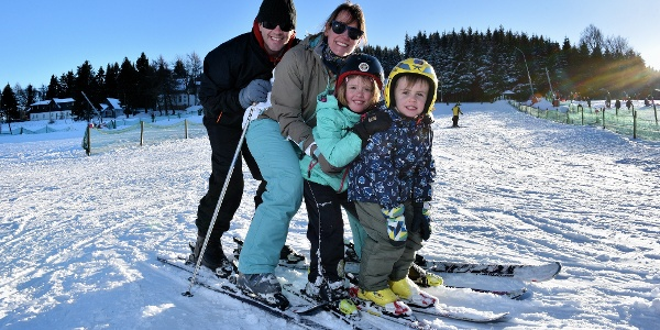 Familie am Skilift