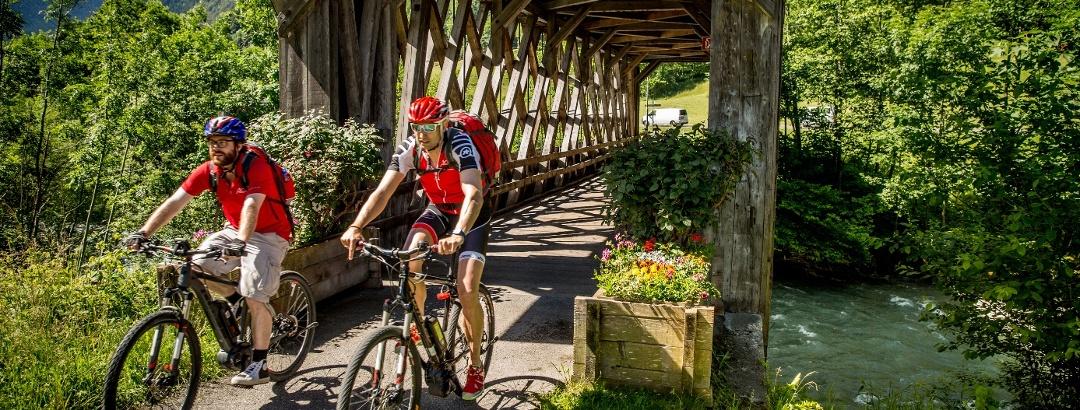 Mit dem E-Bike unterwegs auf dem Montafon Radweg