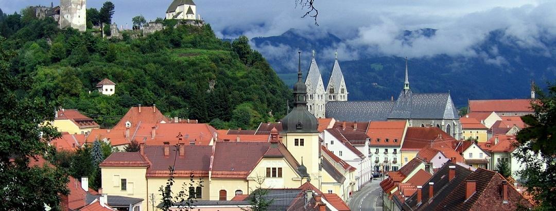 Südansicht vom Friesacher Zentrum, mit Gerichtsgebäude und Stadtpfarrkirche, mit Hintergrund der Petersberg