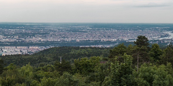 Budapesti panoráma a Hármashatár-hegy tetejéről, a a Guckler Károly-kilátóból. Jobbra a Normafa és a János-hegy