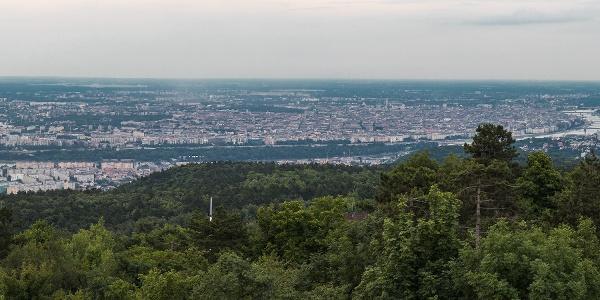 Pohľad na Budapešť z vrchu Hármashatár-hegy, z rozhľadne Guckler Károly-kilátó. V pravo sa nachádza vrch Normafa a vrch János-hegy