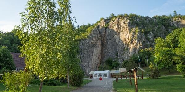 A cseppkőbarlang sziklája
