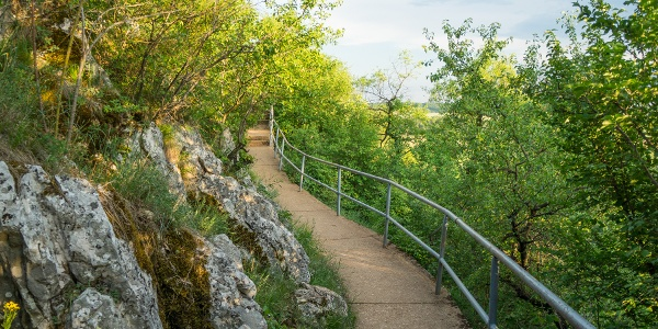 Épített út a sziklafalon