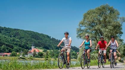 Donauradweg Kramesau - Blick auf Engelhartszell