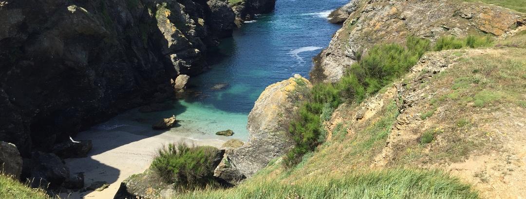 Küste mit langer Bucht zum Baden