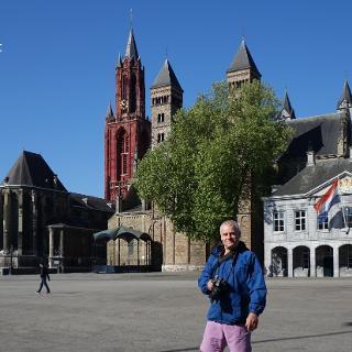 Maastricht - Vrijthof, im Hintergrund St.-Johannis-Kirche (rot) und St.-Servatius-Basilika